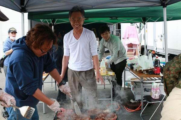 ▲木梨憲武在劇組時常烤肉給。(圖/采昌國際多媒體提供)