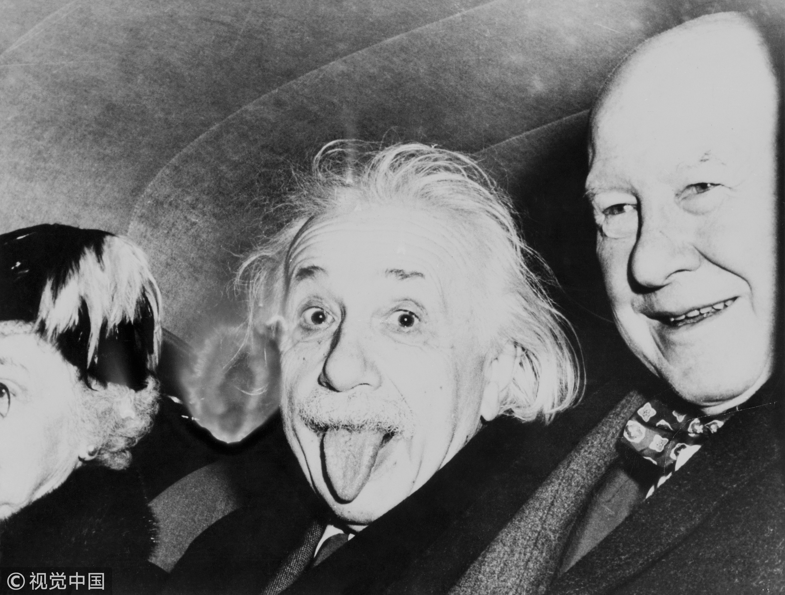 ▲▼「世紀天才」愛因斯坦過72歲生日時,攝影師請他笑一個,結果他卻調皮地對鏡頭吐舌頭。(圖/CFP)
