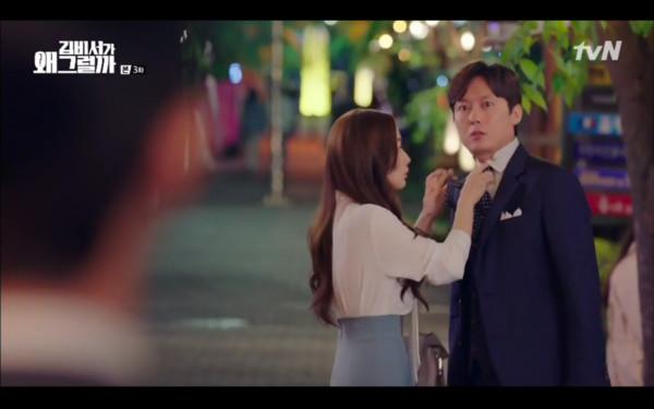 ▲▼李英俊看見秘書幫別人繫領帶氣瘋。(圖/翻攝自tvN)