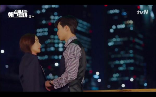 ▲李英俊主動脫外套給秘書。(圖/翻攝自tvN)