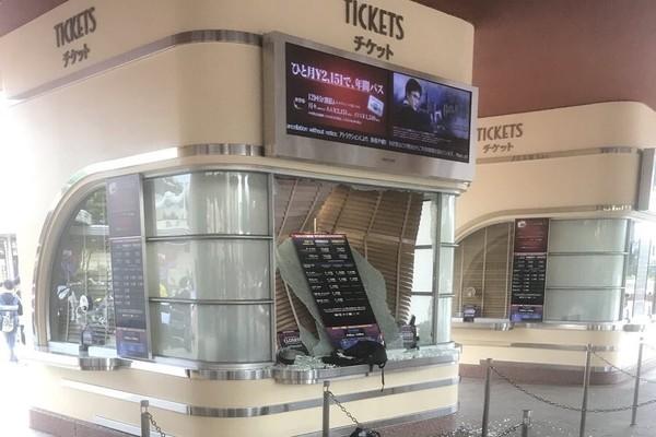 ▲▼大阪地震,環球影城快速通關的票亭玻璃震碎。(圖/翻攝自推特@T_MANAYA_M)