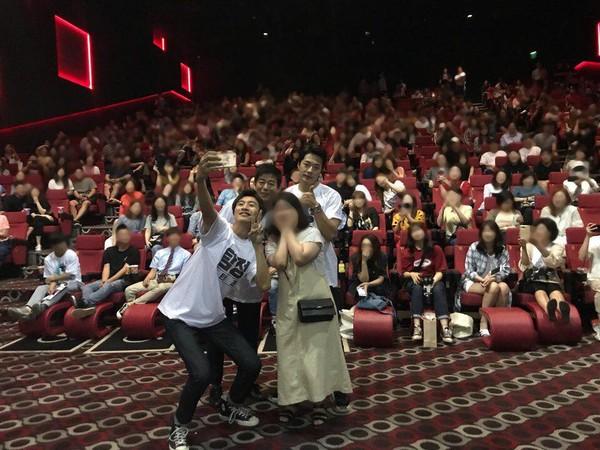 ▲李光洙與粉絲合照 人體自拍棒+大字型「禮貌腿」暖舉被讚爆。(圖/翻攝自CJ Entertainment臉書)