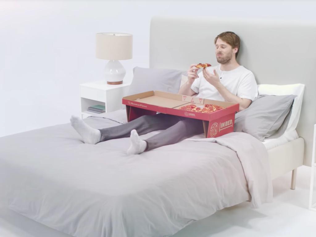 ▲床上披薩。(圖/翻攝自YouTube)
