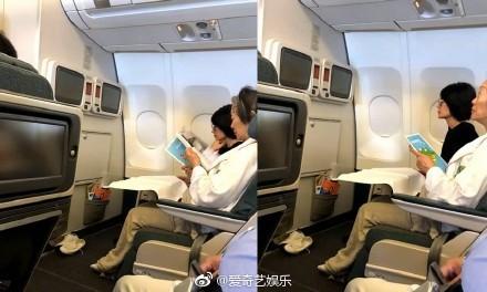 ▲王菲搭飛機。(圖/翻攝自微博)