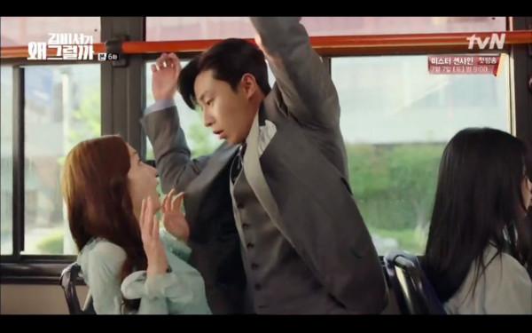 ▲▼李英俊陪金秘書搭巴士,沒抓好重心直接跌到女方腿上。(圖/翻攝自tvN)