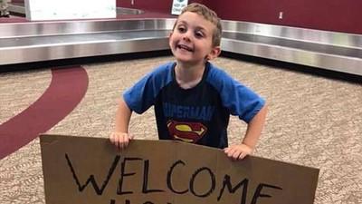 4歲兒貼心扛「等身大名牌」接媽媽 仔細一看標語路人全笑翻