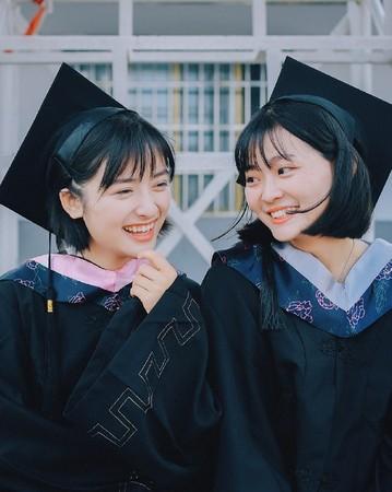 沈月大學畢業了! 小清新女神「學士服照」不輸當年王祖賢... 網暴動:求認識!