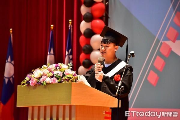 台東縣長黃健庭今年是黃健庭現在最後一次以縣長的身分參加台東大學畢業典,致詞表示希望畢業生能從挫敗中成長。(圖/台東大學提供)