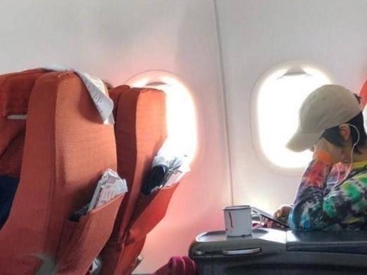 ▲▼網友在飛機上巧遇竇靖童。(圖/CFP、「八教父」微博)