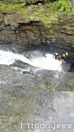 ▲▼搜救人員在瀑布下方找到女子遺體。(圖/記者林煒傑翻攝)