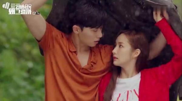 ▲▼《金秘書為何那樣》第7集,朴敘俊和朴敏英一起躲雨。(圖/翻攝自tvN)