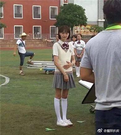 ▲鄭爽、沈月校服照引起討論。(圖/翻攝自「星探扒皮」微博)