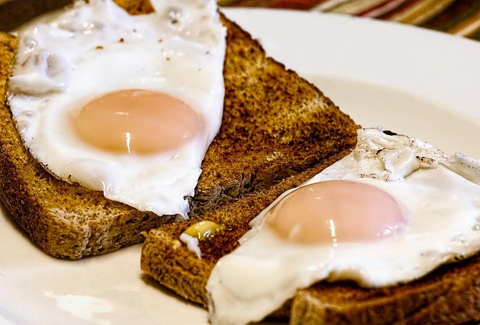 ▲吐司夾蛋,烤土司,雞蛋,早餐。(圖/取自免費圖庫pixabay)