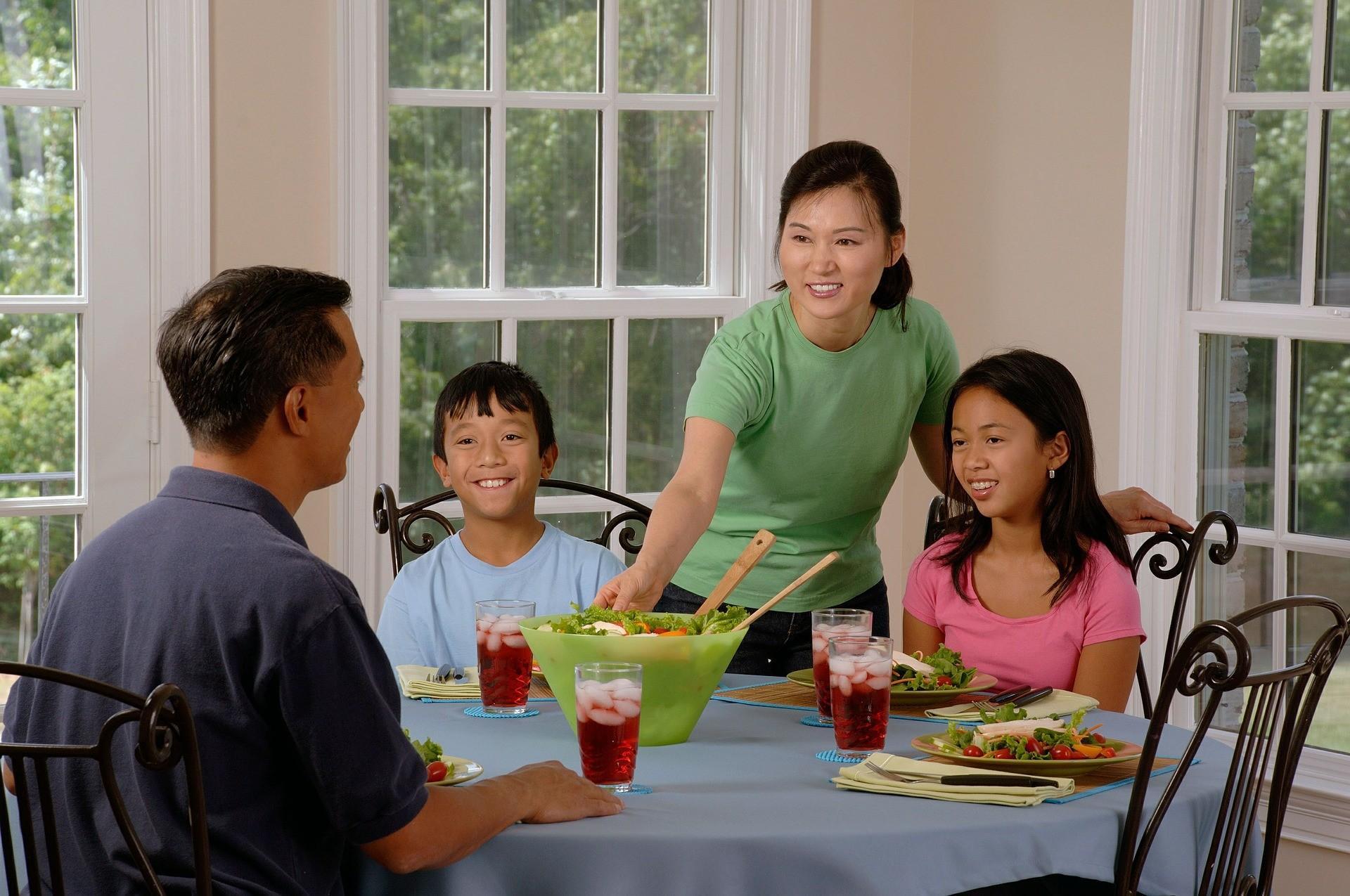 ▲▼親子,父母,家長,孩子,兒童,幼兒,家庭,餐桌,用餐。(圖/番攝自pixabay)