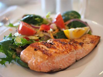 養殖鮭吃染料長大?防戴奧辛重金屬吃下肚 教你看顏色挑健康魚
