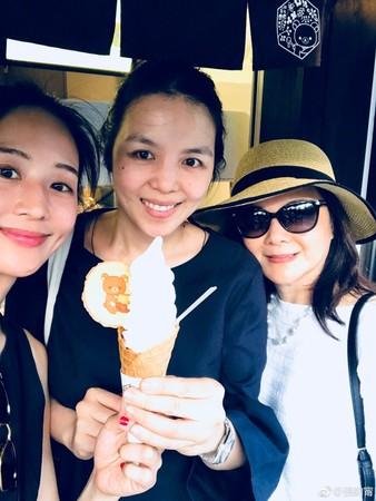 ▲張鈞甯和媽媽、姐姐出遊。(圖/翻攝張鈞甯微博)