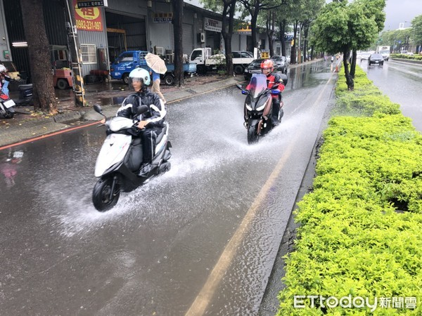 ▲▲▼高雄清晨因大雨不斷,造成多處路面積水,位於高楠公路北上機車道發生不幸死亡車禍。(圖/記者宋德威攝)