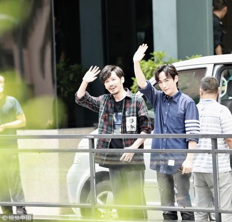 ▲▼白宇(左)、朱一龍《鎮魂》爆紅,走到大樓外向等待的粉絲揮手鞠躬道謝。(圖/CFP)