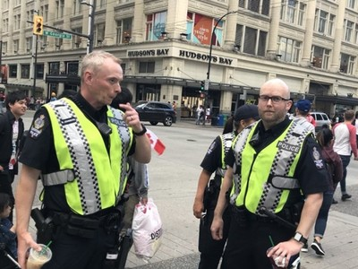 文化差異!日人驚見「警察瀆職喝星巴克」 加拿大警笑:這有怎樣嗎