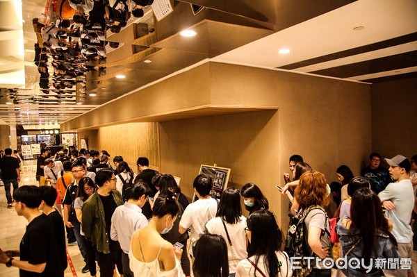 ▲搶つじ半海鮮丼開幕前100碗半價排隊人潮。(圖/金御賞提供)