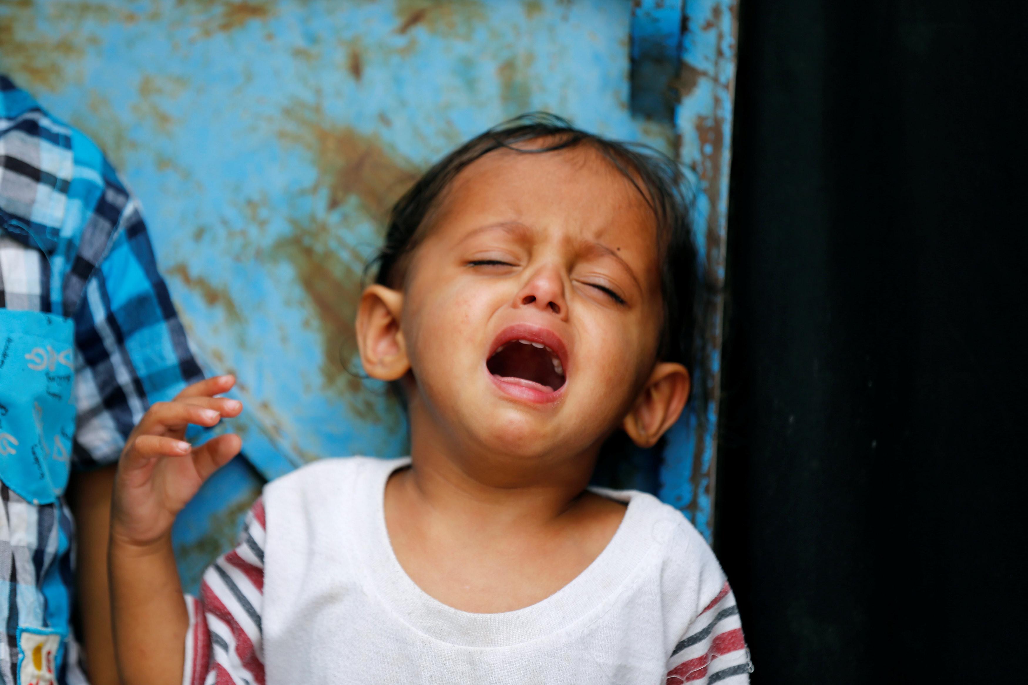 ▲▼ 葉門臨時避難所外哭泣的難民(圖/路透社)