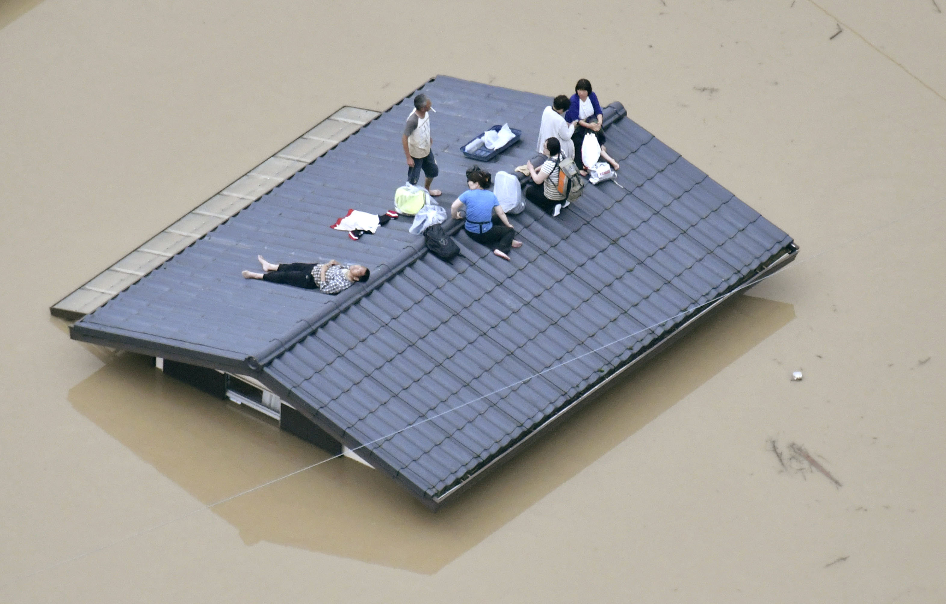 ▲▼洪水徹底淹沒倉敷 民眾孤苦待救受困屋頂。日本大雨,豪雨,倉敷,岡山(圖/路透社)