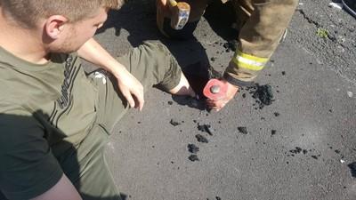 熱浪融化柏油 他一伸腳被道路吞噬