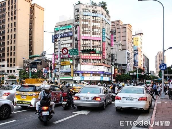 ▲▼紅綠燈,交通號誌故障,馬路,路口,塞車,停電。(圖/記者周宸亘攝)