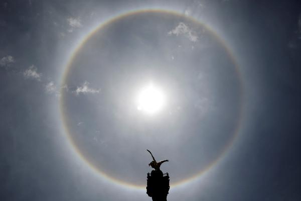 墨西哥「彩虹日暈」彷彿天使降臨。(圖/路透)