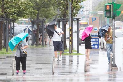影/放颱風假暴雨還得上班? 勞動部:勞工有權「不出勤」