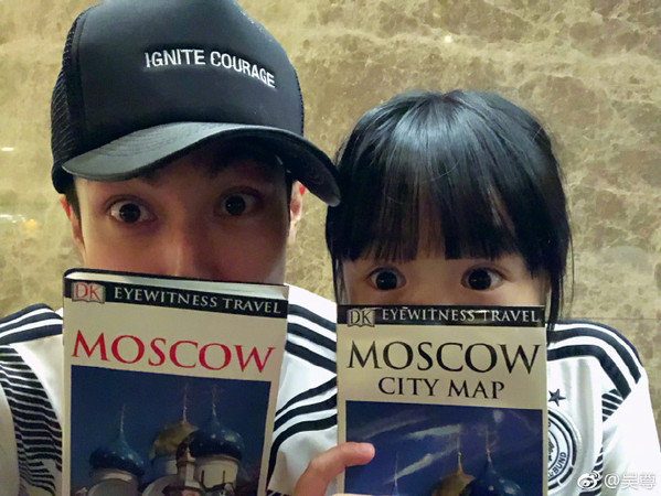 ▲吳尊帶女兒去俄羅斯看世足。(圖/翻攝自吳尊微博)