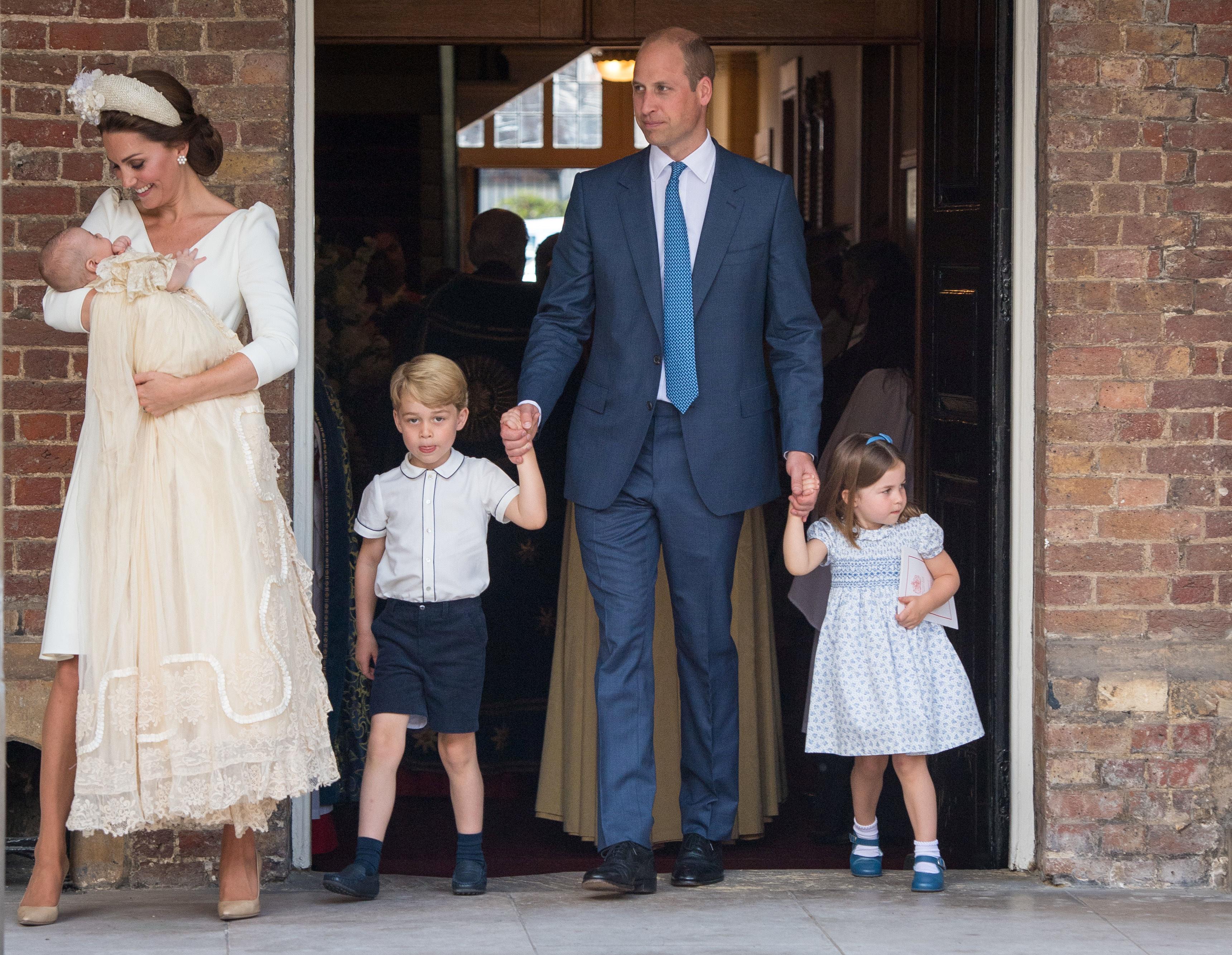 ▲▼凱特王妃抱著路易王子(左),威廉王子(右二)分別牽著喬治王子和夏綠蒂公主,這是威廉王子一家五口首度公開露面(圖/路透社)