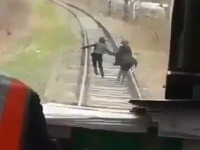 賭命鐵軌漫步!火車司機Hen調皮 靜悄悄逼近遊客猛按喇叭