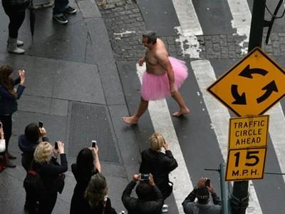 穿芭蕾裙「逗癌妻笑」!暖男不畏嘲笑忍低溫上街 警盤查也感動支持