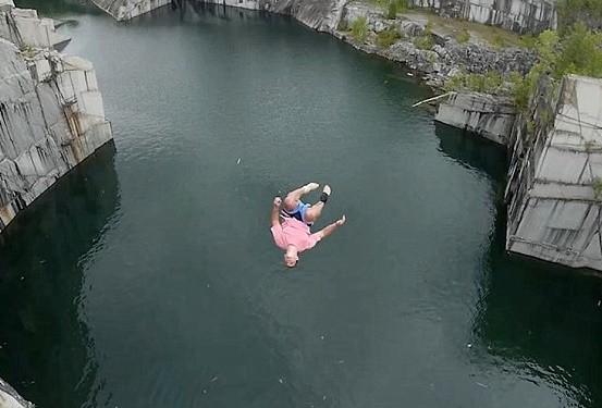 從11層樓高懸崖跳水「兩腿直直插入水中」! 跑酷男膝蓋炸裂...韌帶噴了出來!(影)