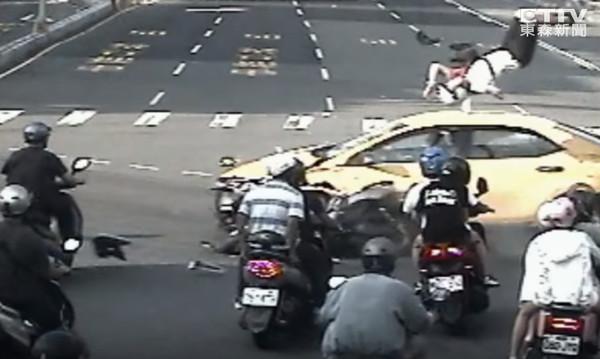 ▲▼計程車搶燈衝撞3車!騎士慘噴飛空中 驚悚21秒曝光。(圖/東森新聞)