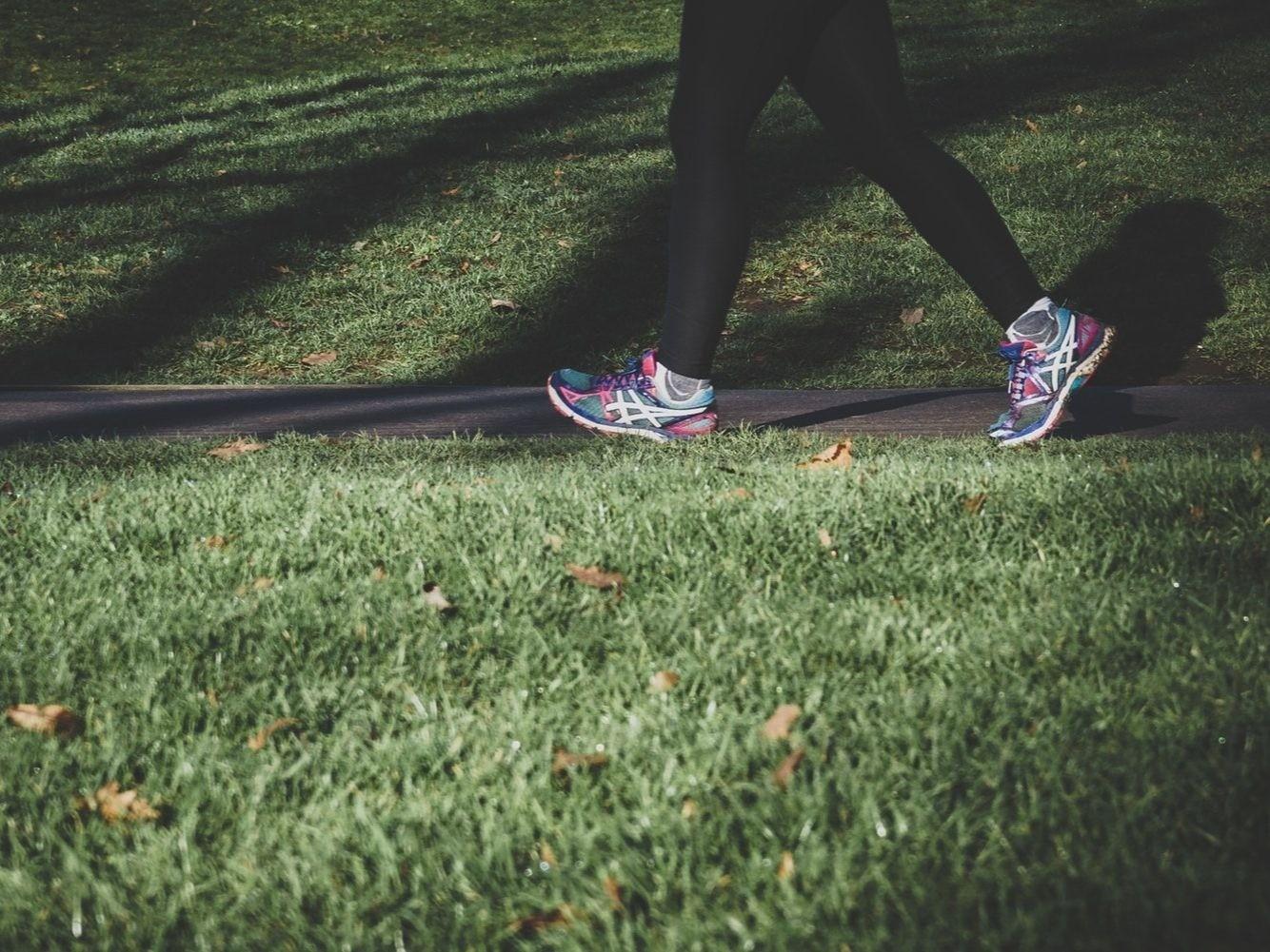 ▲專家證實:走路用這個方法多消耗20%熱量。(圖/翻攝自unsplash)