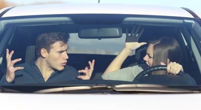 甩車門、吃蛋捲都是NG行為!別在春節成為車主最討厭的不良乘客