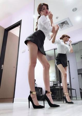 ▲▼賴琳恩擦口紅…鏡面反射畫面曝光! 經紀人:可以好好站著嗎。(圖/翻攝自賴琳恩臉書)