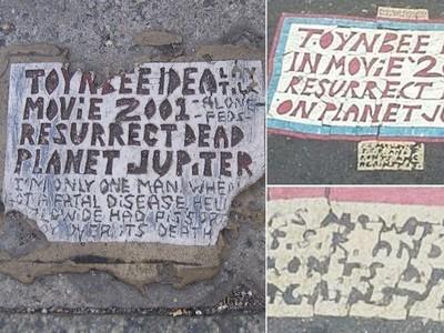 神秘碑文嵌在馬路上!《死人在木星復活》20多年現世上百次