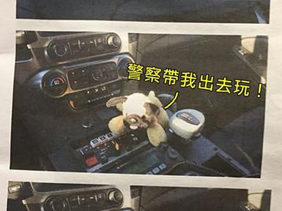 機場遺失最愛狗娃娃...暖警送它回家,還附「大冒險旅遊紀錄」!