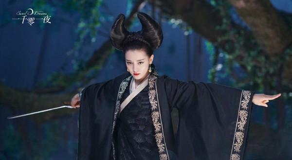 ▲迪麗熱巴新戲髮型超搞笑。(圖/翻攝自微博@電視劇一千零一夜)