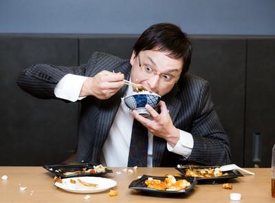 加班很晚才吃飯?專家揭「必胖惡性循環」理想三餐這樣吃