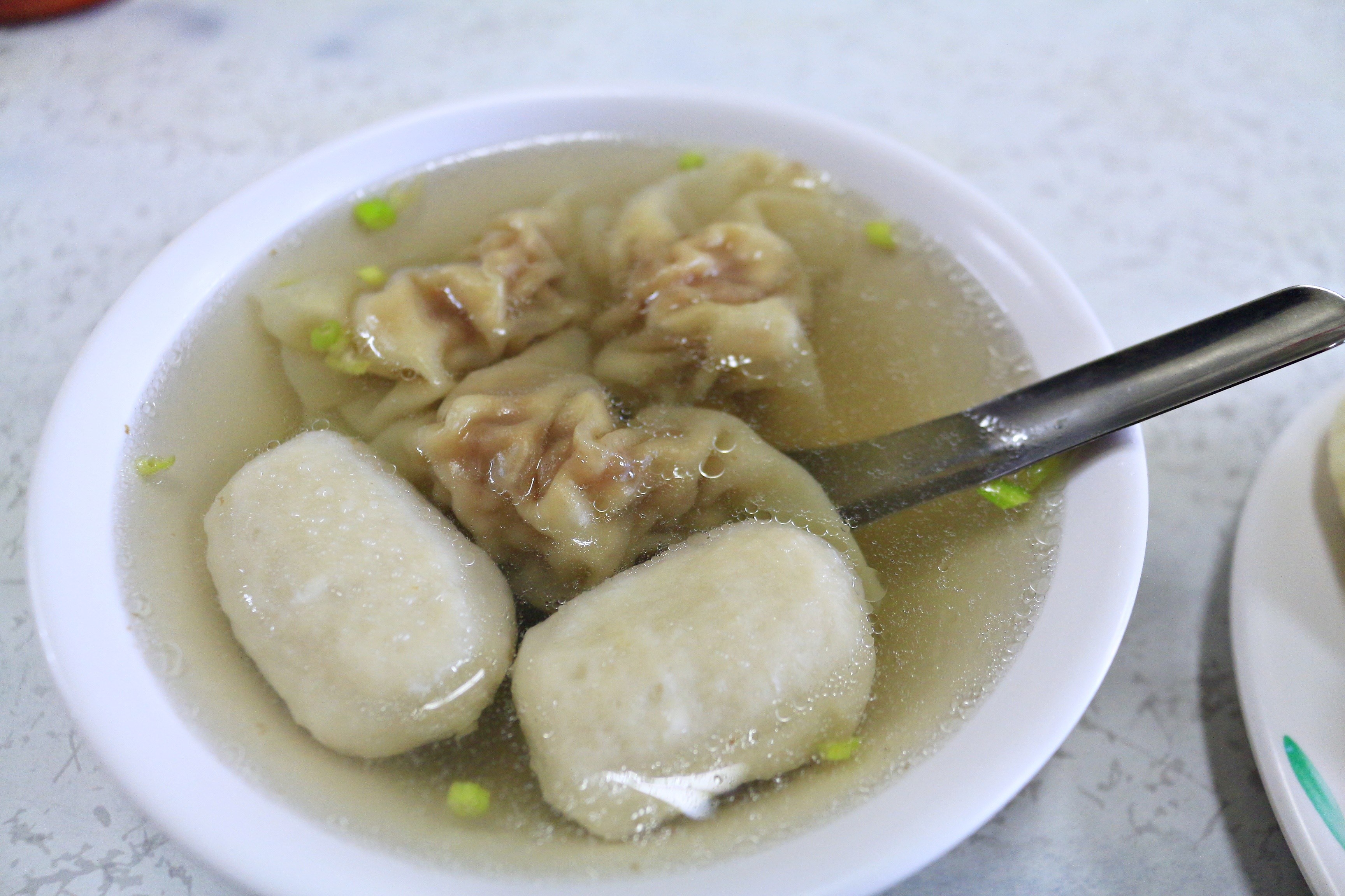 ▲▼媽媽喝湯時不小心被魚丸噎到(圖/記者蔡玟君攝)