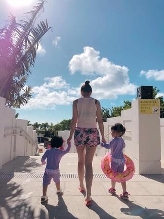 ▲▼2歲咘咘暴風抽高…Bo妞會走了! 沖繩旅遊「護妹金句」暖翻。(圖/翻攝自賈靜雯臉書)
