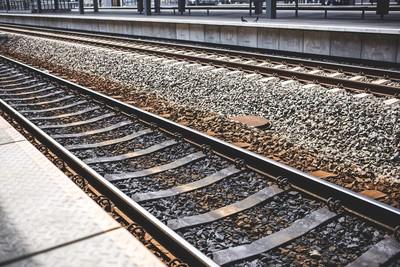 撿手機跳軌 列車進站撞死她