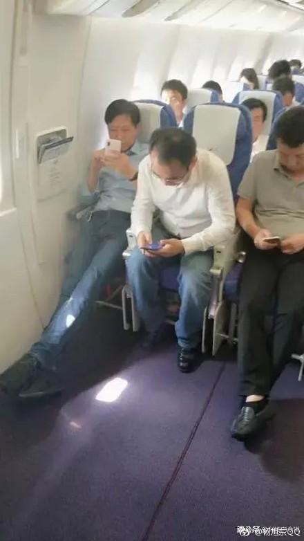 ▲小米創辦人雷軍被捕捉到搭乘經濟艙。(圖/翻攝自陸網)