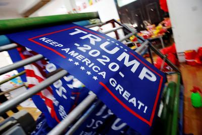貿易戰延燒 川普新競選旗幟趕工中 被抓包是「中國製造」