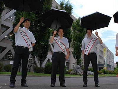 「只有醜女才撐陽傘」!日鄉民神扯雙嘲諷:男生撐傘也是娘砲