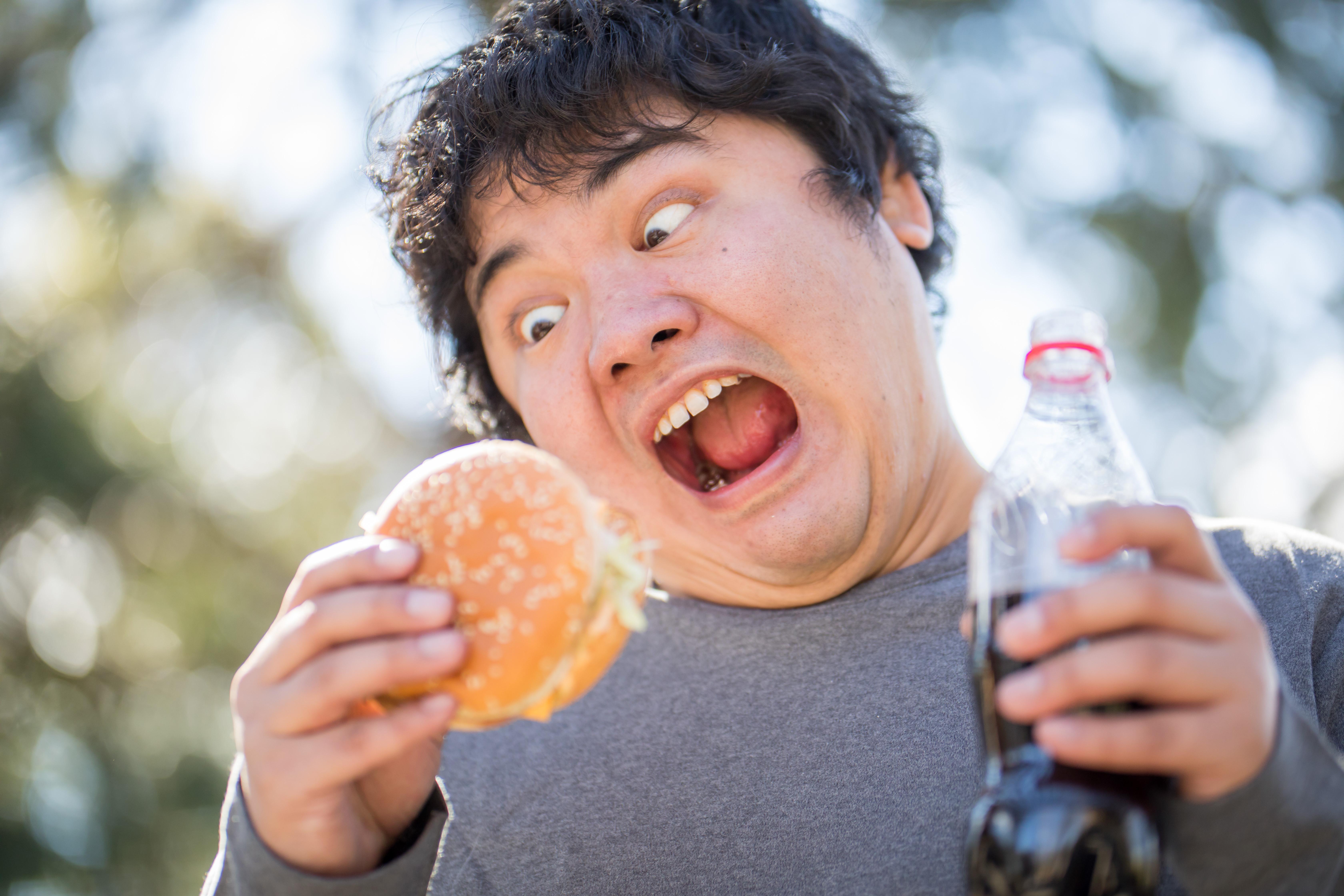 ▲▼胖,宅男,肥胖,減肥,吃飯,漢堡,速食。(圖/免費圖庫pakutaso)